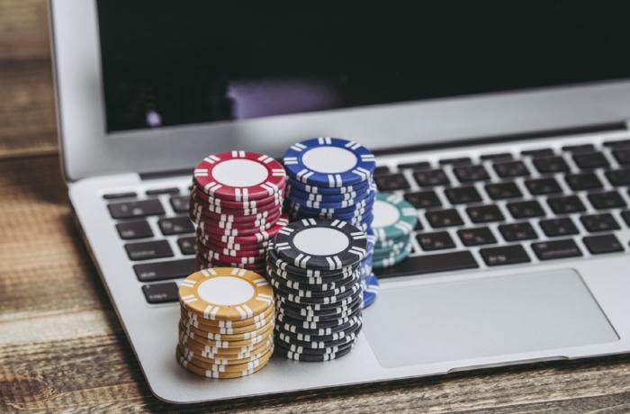 ノートパソコンとカジノチップ